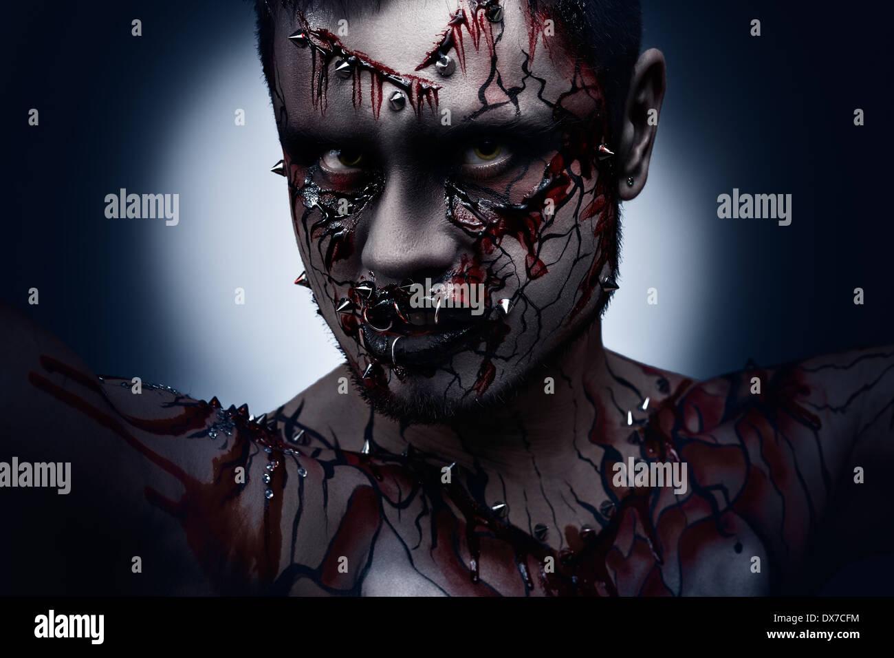 Un concept d'un halloween effrayant Dark Moor en colère avec un peircing et sanglante l'art corporel. Photo Stock