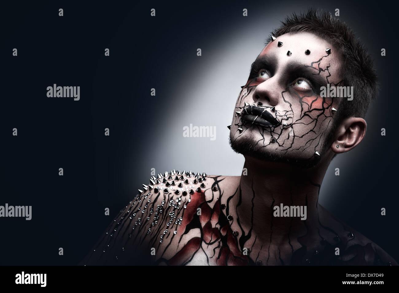 Un maquillage halloween effrayant d'un dark moor avec sérieux un peircing et effrayant l'art corporel. Photo Stock
