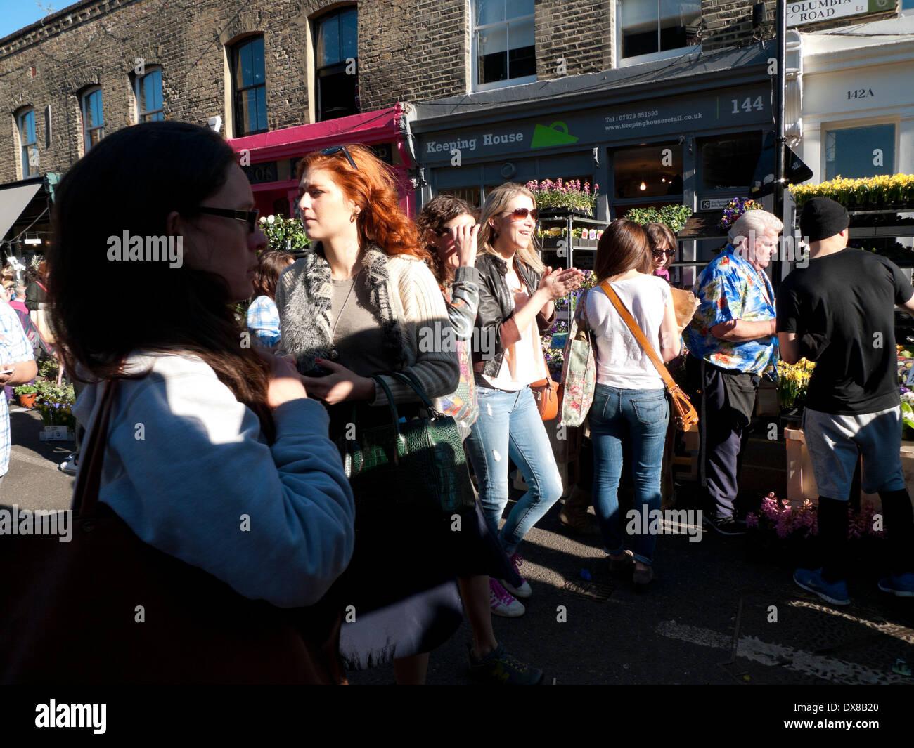 Les gens dans la rue à Columbia Road Flower Market London E2 UK KATHY DEWITT Photo Stock