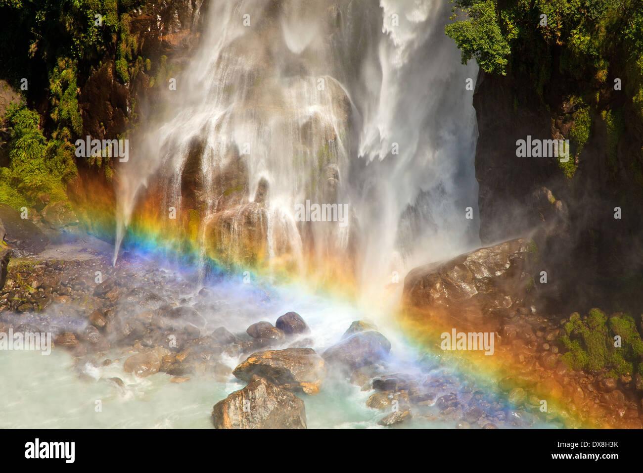 Cascade avec rainbow en Himalaya, au Népal. Photo Stock
