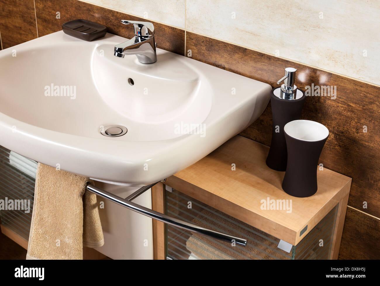 Détail d\'une salle de bains moderne avec lavabo et ...