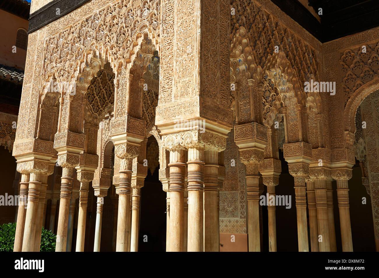 Mocarabe nasride Arabesque architecture mauresque de la Cour des Lions de l'Palacios Nazaries, à l'Alhambra. Grenade, Photo Stock