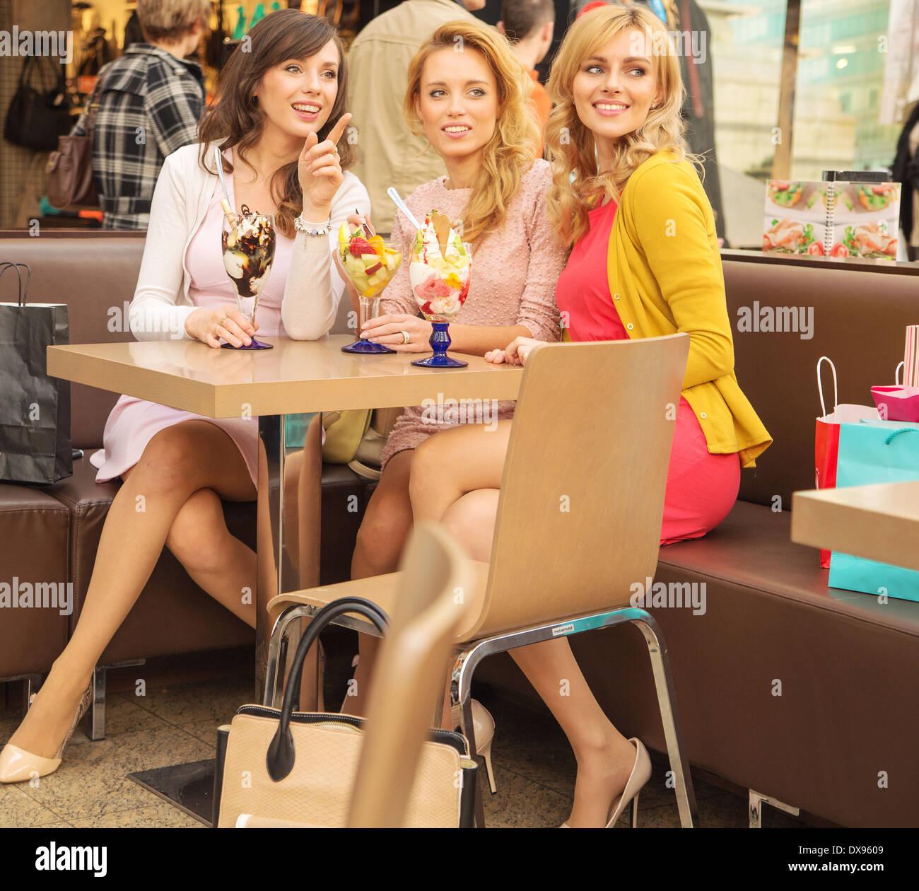 Les femmes détendue de manger de la crème glacée aux fruits savoureux Banque D'Images