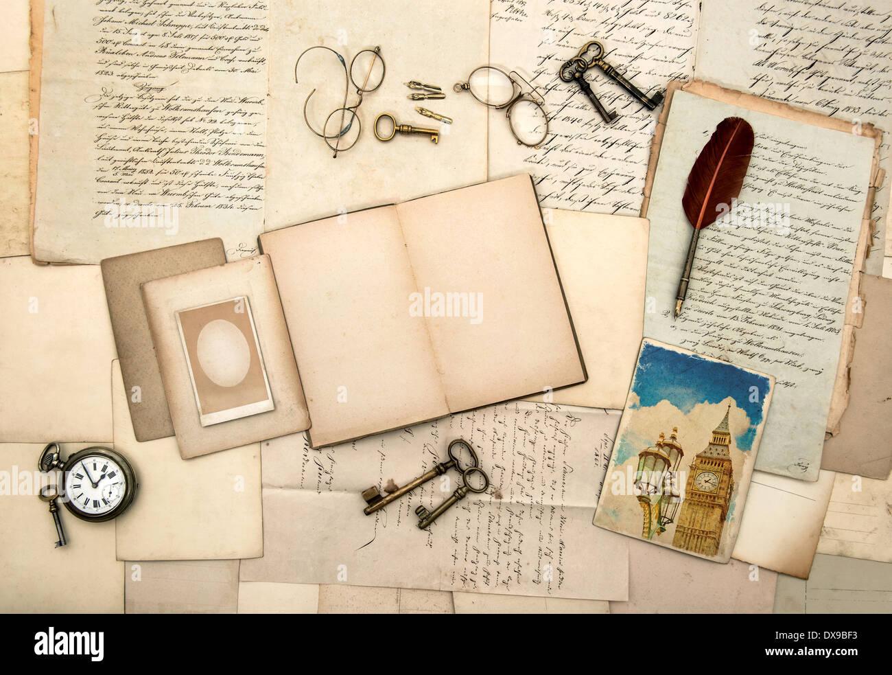 ouvrez carnet de voyage livre photo de londres vintage accessoires lettres anciennes cartes. Black Bedroom Furniture Sets. Home Design Ideas