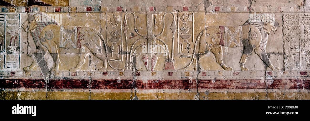 Soulagement dans un mastaba à Saqqara nécropole: les lions et de sema-tawy hiéroglyphe Banque D'Images