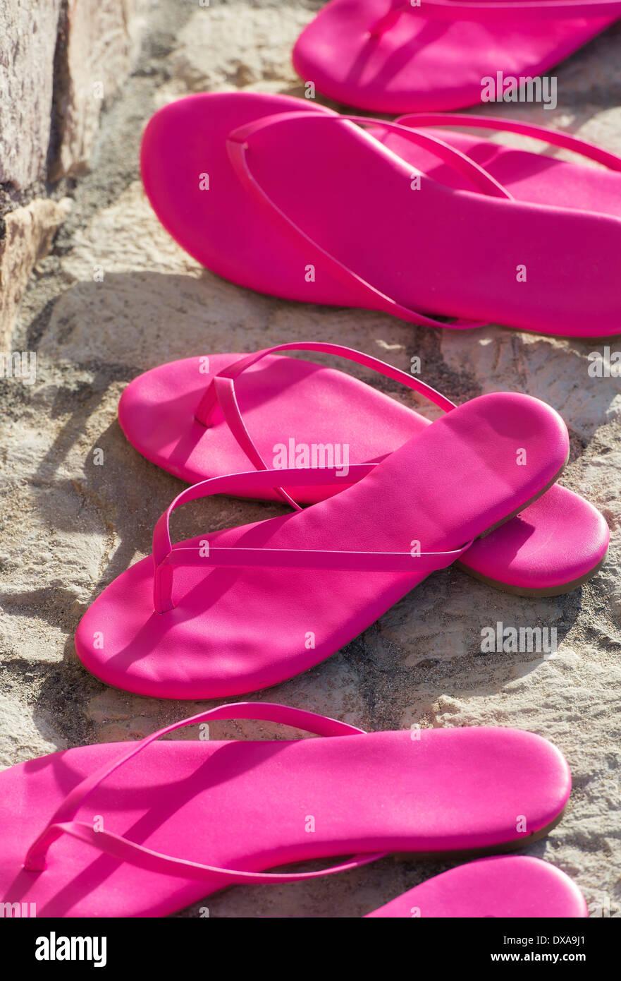 Les paires de sandales rose chaud. Photo Stock