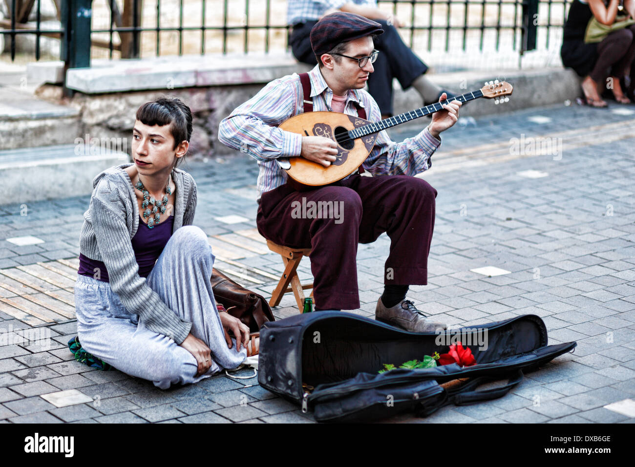 Bouzouki musiciens jouant dans la rue d'Athènes, Grèce Photo Stock