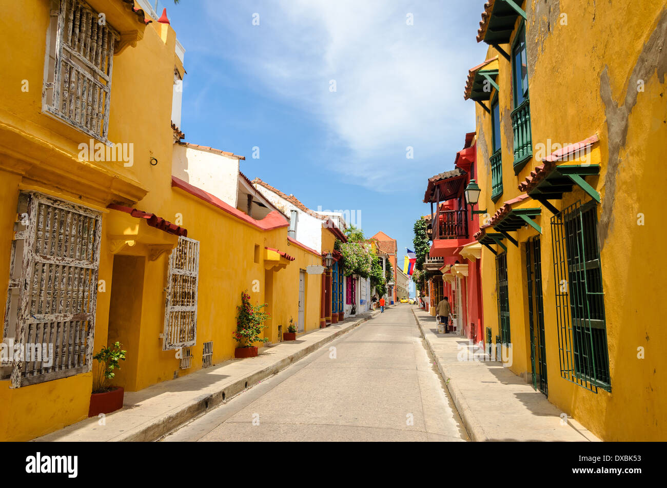 Scène de rue typique à Cartagena, en Colombie d'une rue avec de vieilles maisons coloniales historiques de chaque côté de c Photo Stock