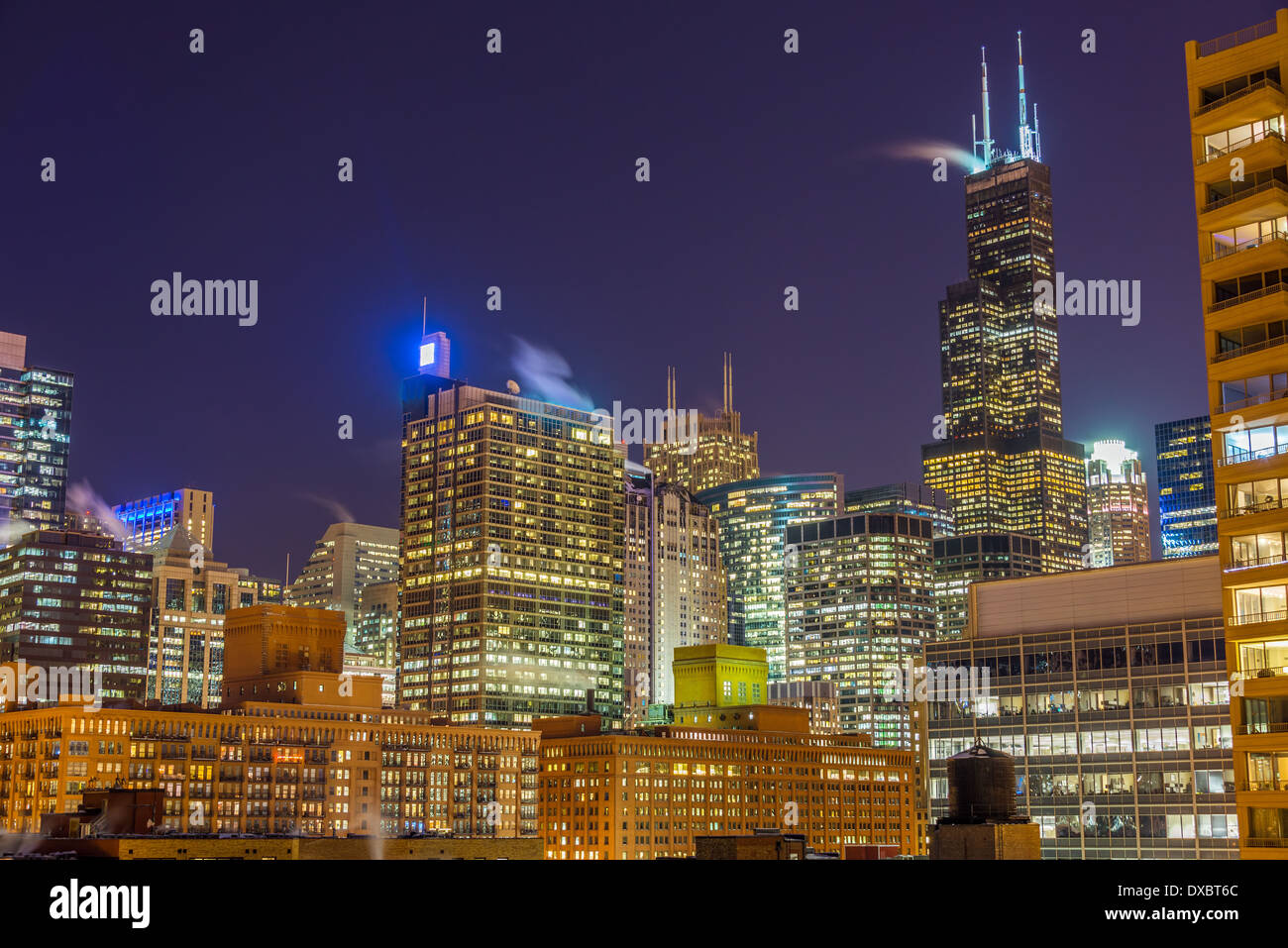 Vue sur les gratte-ciel de Chicago à nuit Photo Stock