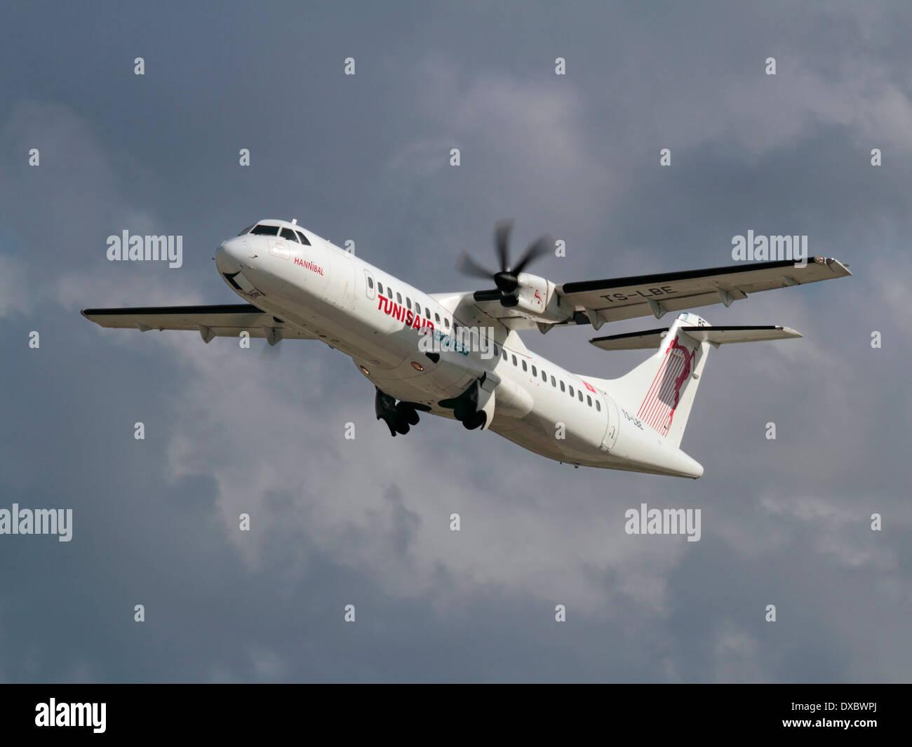 Transport aérien court-courrier. Tunisair Express avion régional à turbopropulseurs ATR 72-500 qui décolle Photo Stock