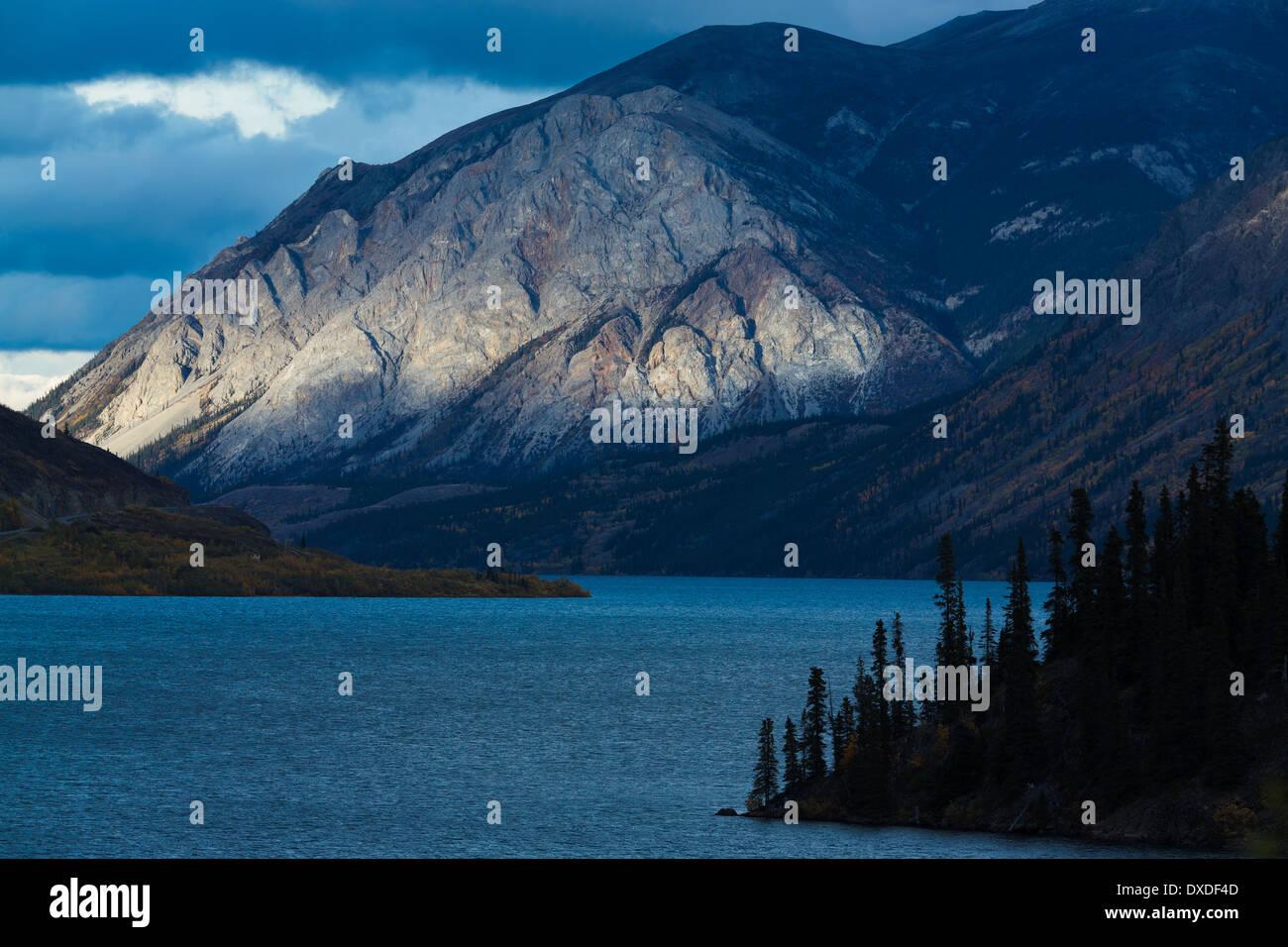 La montagne de l'escarpement dans le lac Tagish à Carcross, au Yukon, Canada Photo Stock