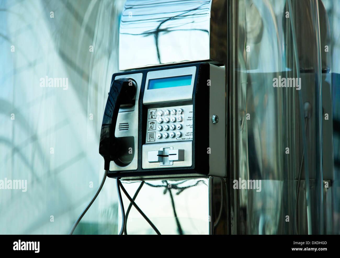 Le téléphone public à l'Aéroport International de Dubai Banque D'Images