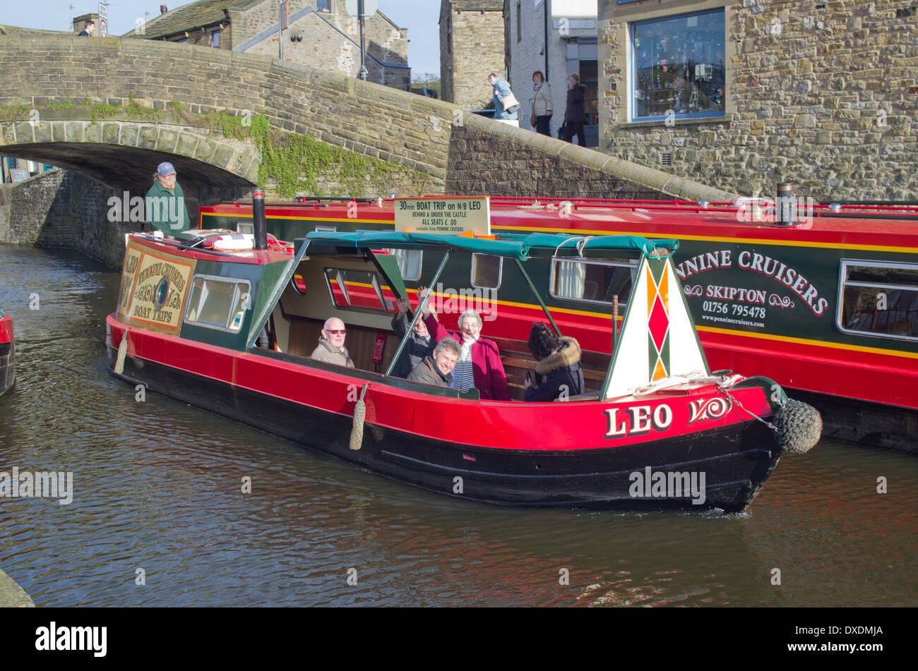 Retraités profitant de la soleil du printemps sur un petit court voyage sur le long du Canal Leeds Liverpool North Yorkshire Photo Stock