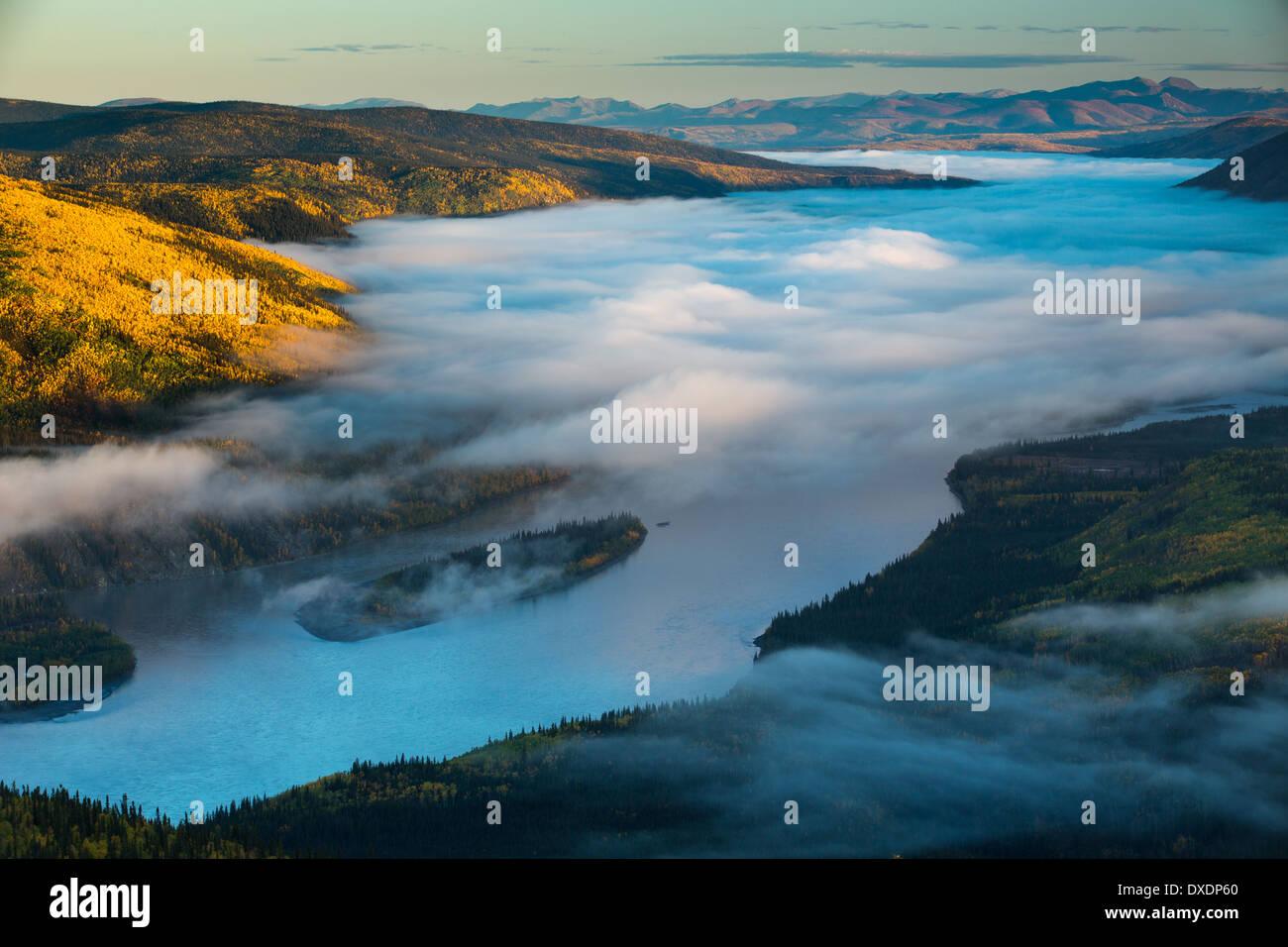 Brouillard dans la vallée du fleuve Yukon, à l'aube, en aval de Dawson City de Dome Hill, Territoire du Yukon, Canada Photo Stock