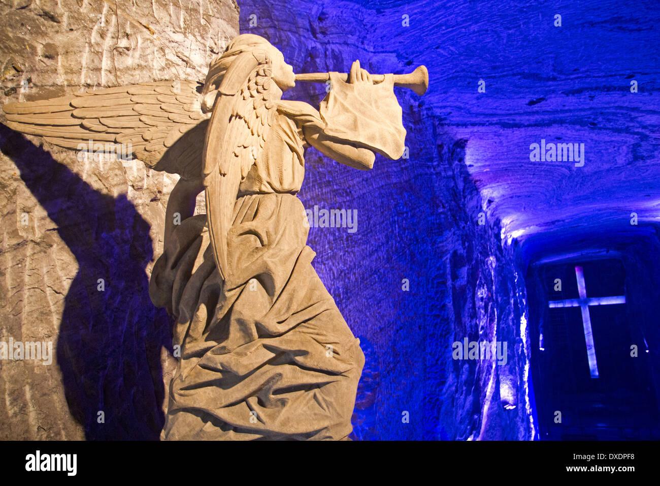 Angel statue surplombant la grande chapelle dans la cathédrale de sel de Zipaquirá Photo Stock