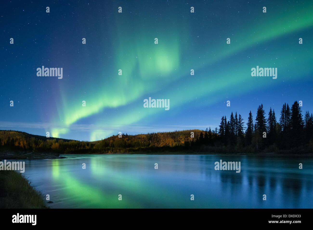 Les aurores boréales au cours de la rivière Klondike, Yukon, Canada Photo Stock