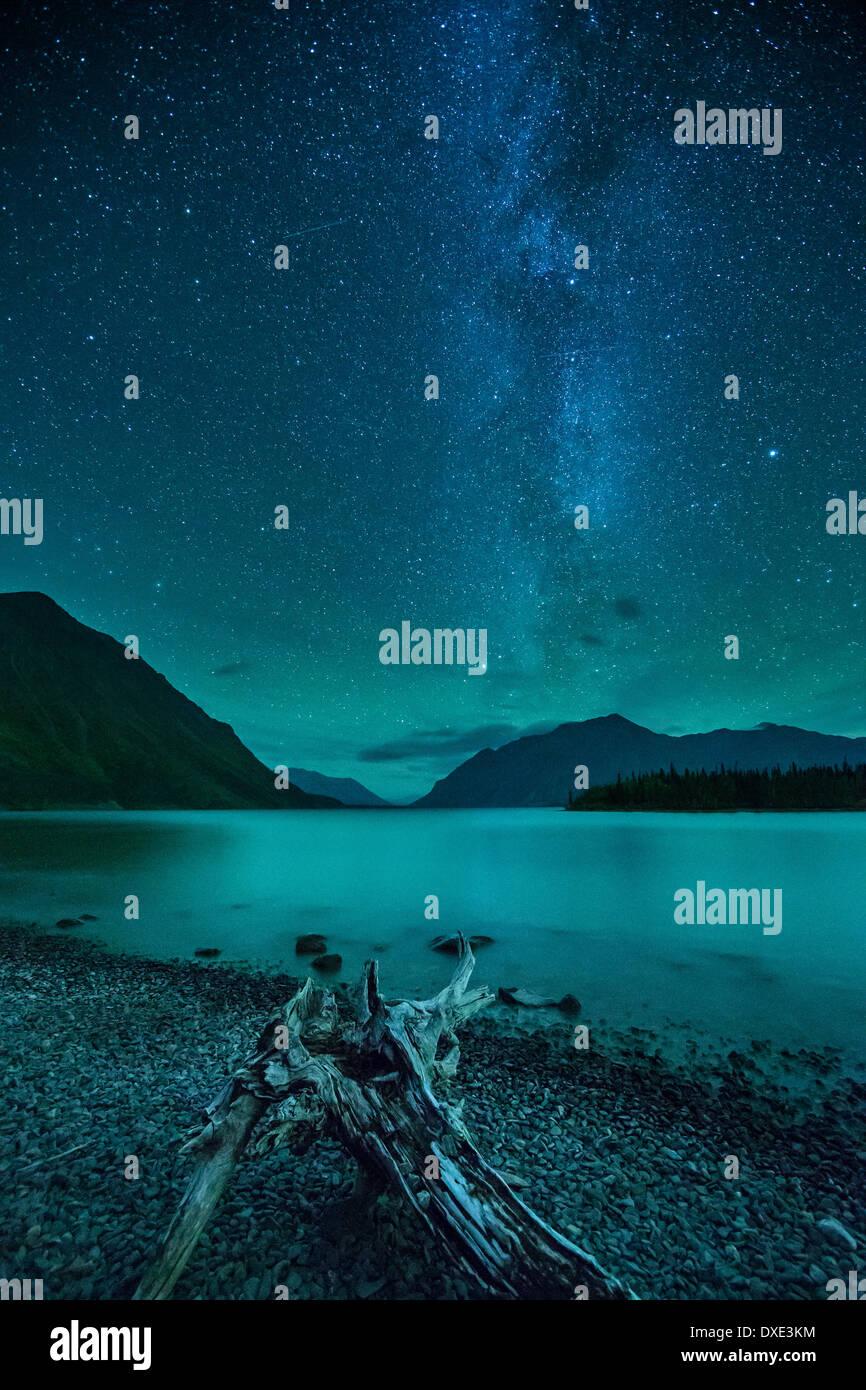 La Voie Lactée et ciel de nuit sur le lac Kathleen & la St Elias, Réserve de parc national Kluane, Yukon, Canada Photo Stock