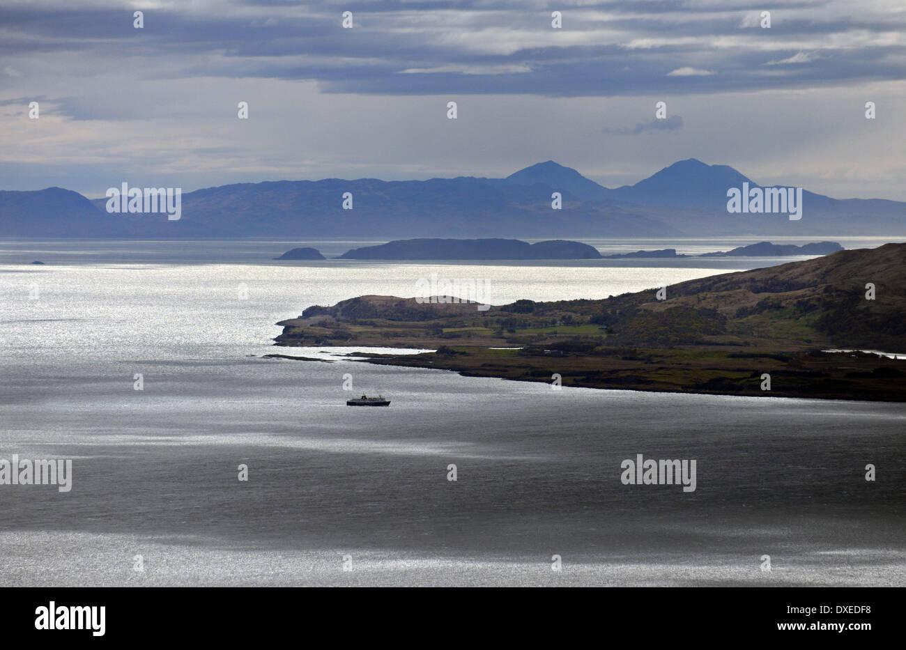 l'île de mull mv avec jura en vue de glensanda, argyll banque d
