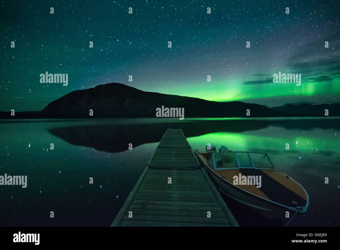 Les aurores boréales au-dessus de montagne Ruby et le lac Pine. Territoires du Yukon, Canada Photo Stock