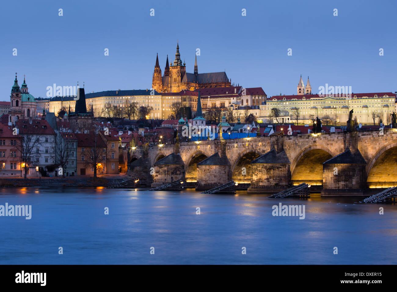 Le quartier du château, Habour et le Pont Charles sur la Vltava au crépuscule, Prague, République Photo Stock