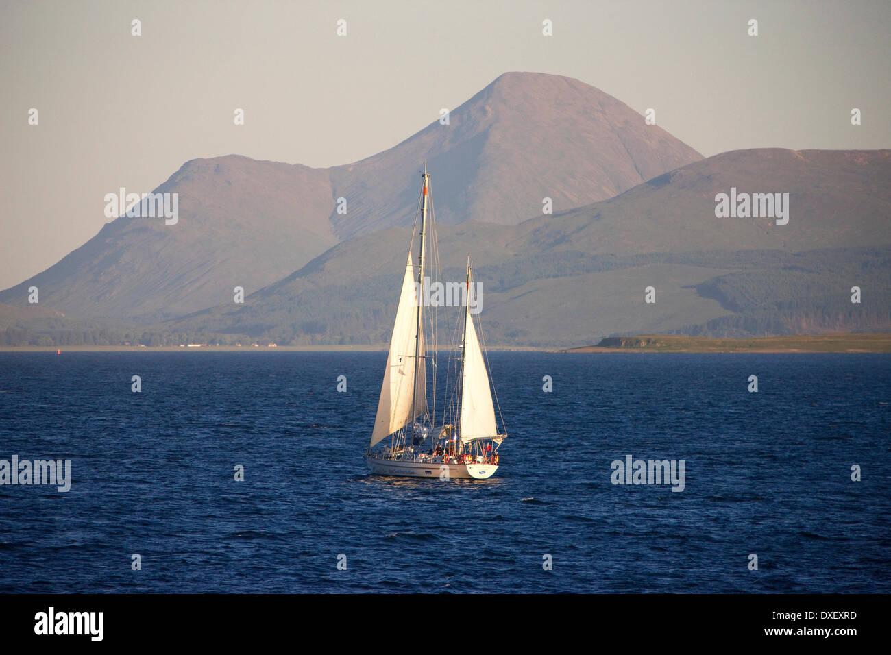 Grand yacht voile dans le Sound of Mull avec les collines de Mull en vue. Banque D'Images
