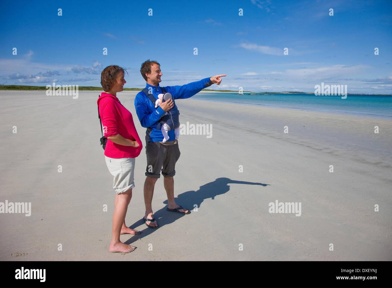 Couple sur un grand nombre de magnifiques plages sur l'île de Tiree, Hébrides. Photo Stock