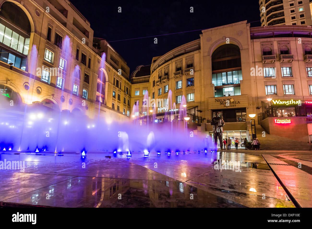 La place Nelson Mandela est un centre commercial de Sandton, Johannesburg, Afrique du Sud. Anciennement connu sous le nom de Sandton Square. Photo Stock