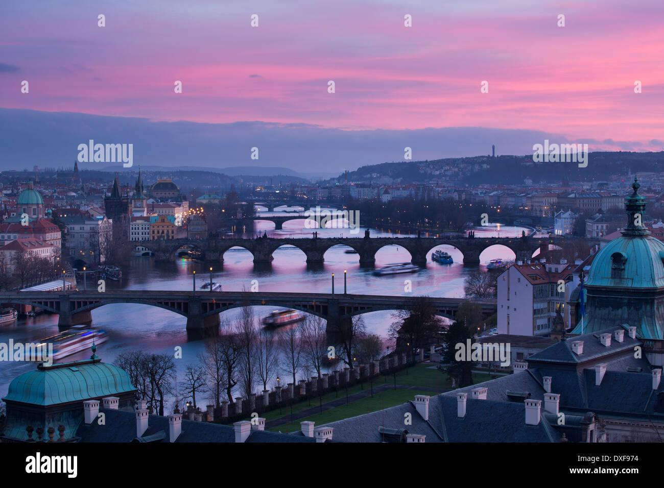 La crinière, Charles et la Légion des ponts sur la rivière Vltava, au crépuscule, avec la vieille ville, sur la gauche, Prague, République Tchèque Photo Stock