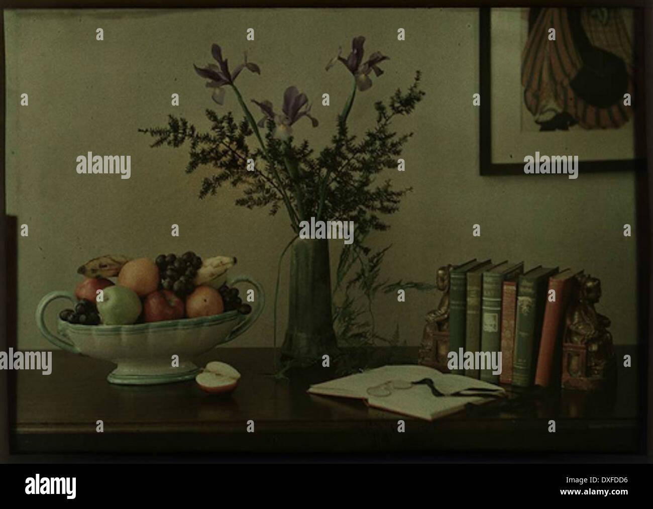 La nature morte avec fruits, fleurs et livres Photo Stock