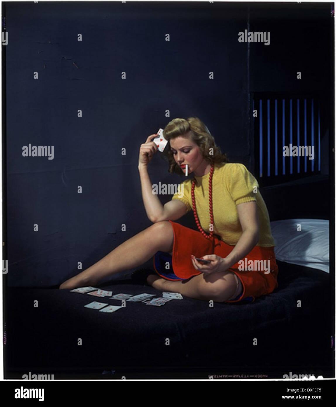 Femme en cellule, jouer solitaire Photo Stock