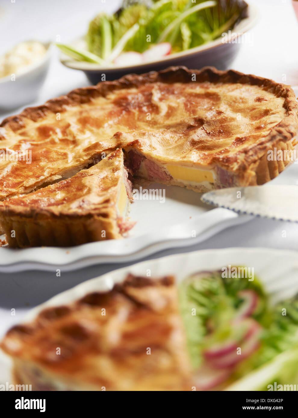Jambon fait maison et des oeufs sur le plat à tarte Photo Stock
