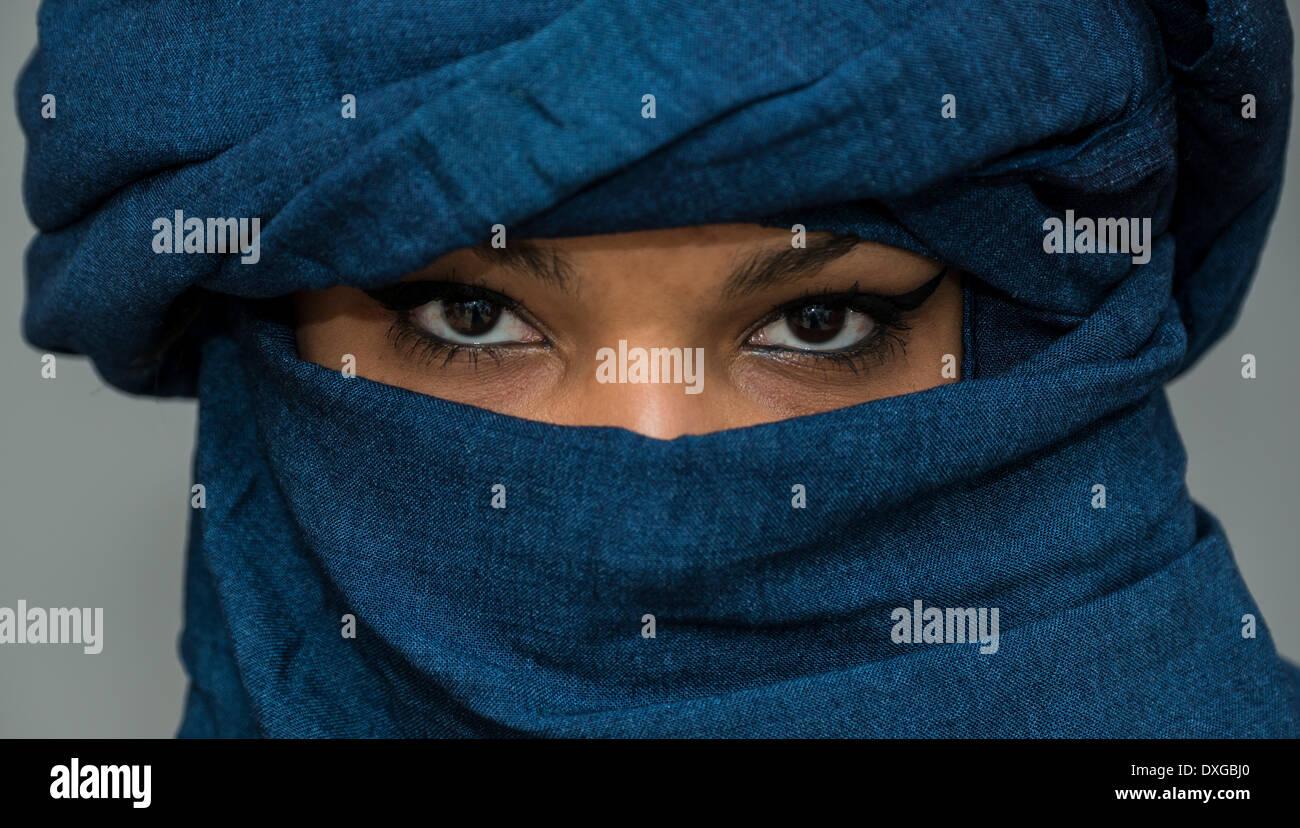 Fille touareg, Targia, voilée avec Chech tissus, les yeux, l'Algérie Photo Stock