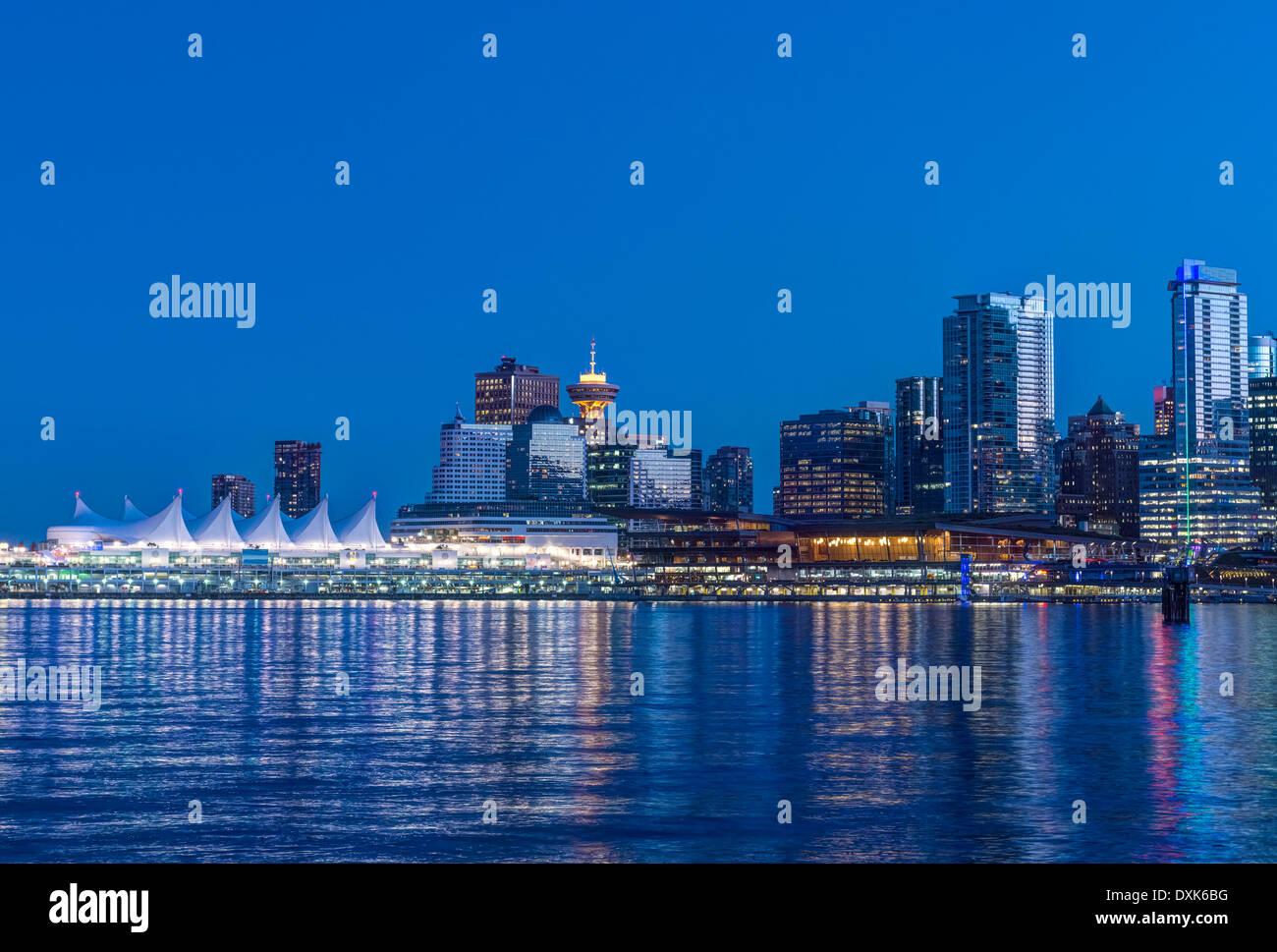 Waterfront skyline illuminée la nuit, Vancouver, Colombie-Britannique, Canada, Photo Stock