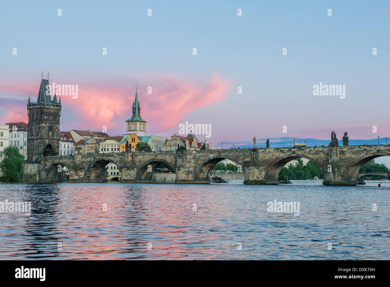 Le Pont Charles et de la ville au coucher du soleil, Prague, République Tchèque Photo Stock