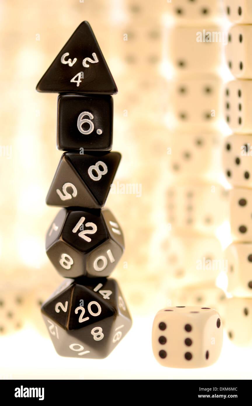- Dés à six faces normales et dés jeux polyèdre Photo Stock