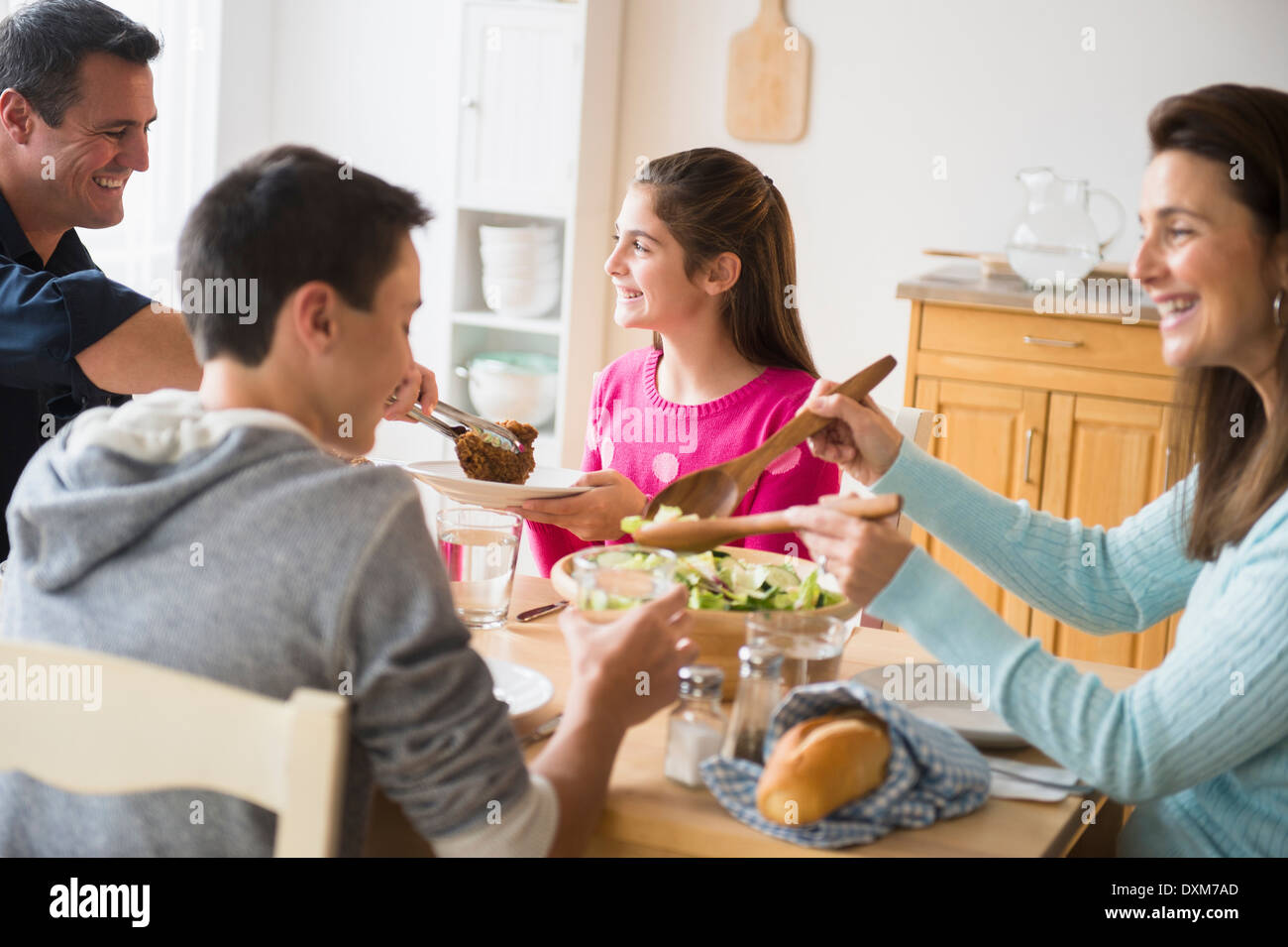 Caucasian family eating at table Banque D'Images