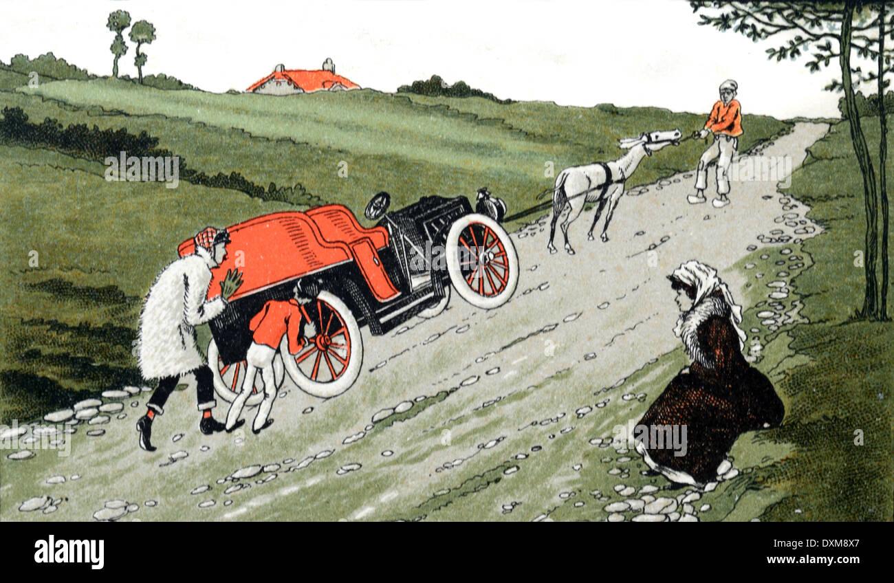 Poussant Vintage ou ancien combattant en montée après une panne de voiture au cours des premières années de l'automobile c1910 Photo Stock