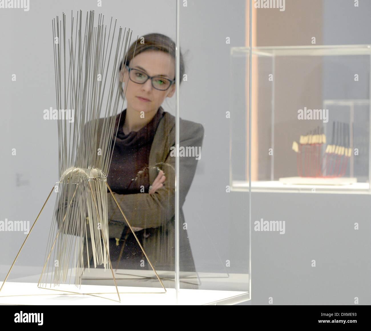 Stuttgart, Allemagne. Mar 27, 2014. Un visiteur de l'aperçu se place en avant de l'œuvre 'verticales, cruz de tubos de cobre' à partir de 1970 par l'artiste Gertrud Goldschmidt (nom de l'artiste Gego) dans le Kunstmuseum de Stuttgart, Allemagne, 27 mars 2014. L'exposition est présentée du 29 mars au 29 juin 2014. Photo: BERND WEISSBROD/dpa/Alamy Live News Photo Stock