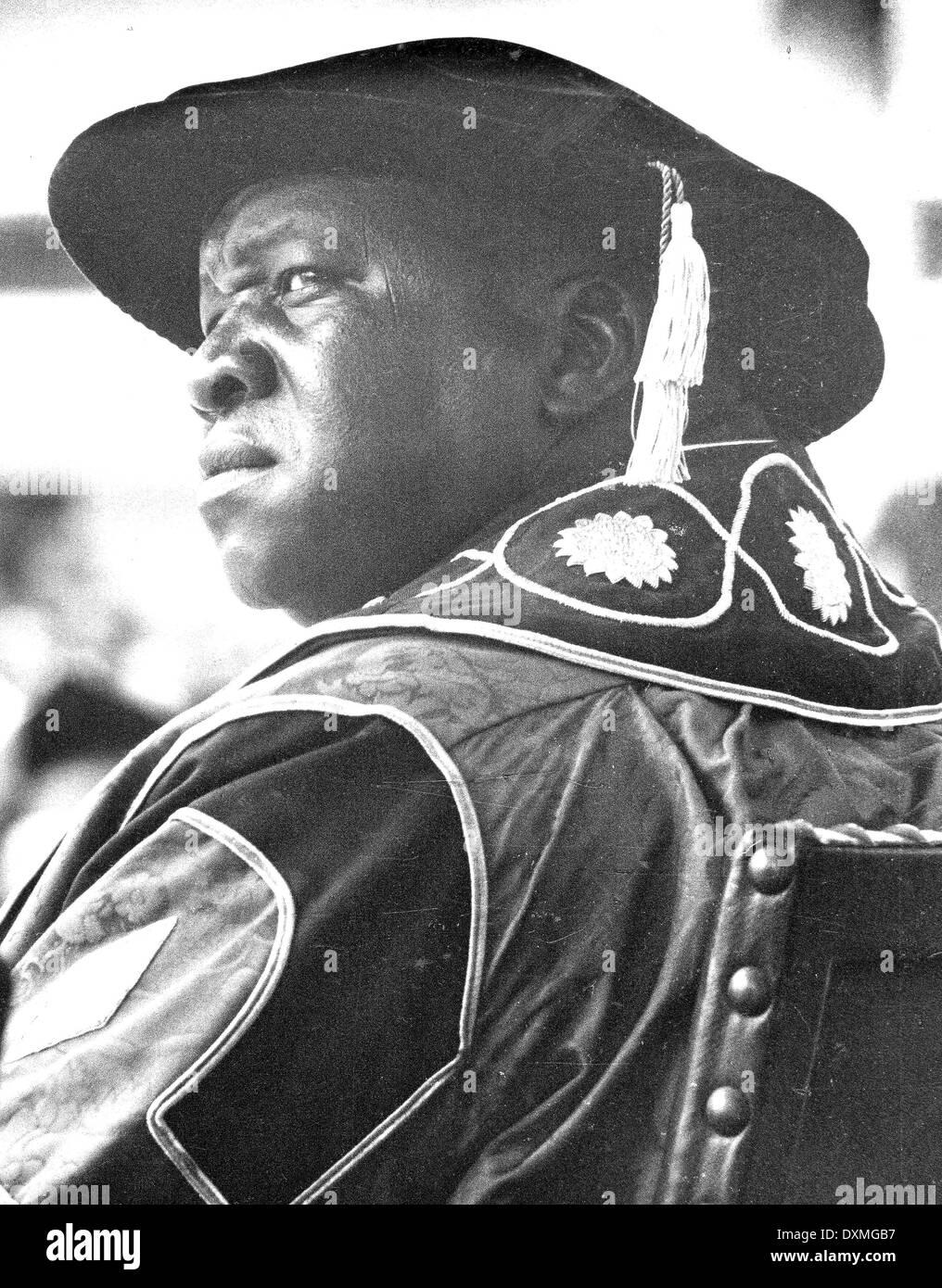Idi Amin Dada, en maintenant une règle despotique de l'Ouganda, assiste à une université Makerere l'obtention du diplôme en 1974 dans les robes du chancelier Photo Stock