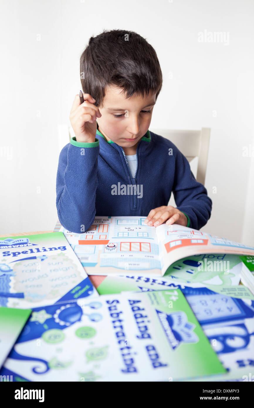 Jeune écolier-6-7 ans l'apprentissage à la maison Photo Stock