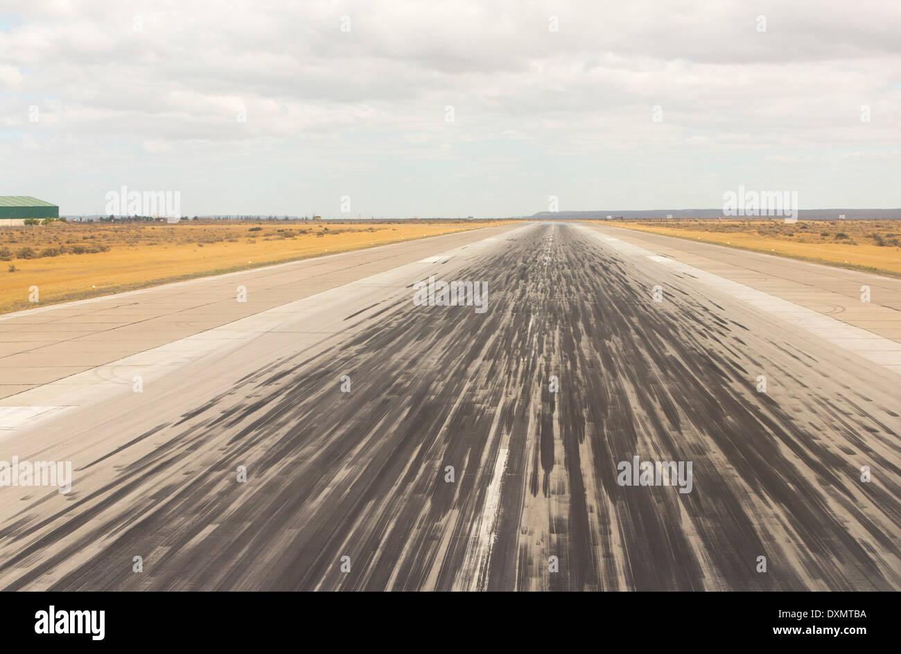 Des marques de dérapage sur la piste de l'aéroport de Trelew en Argentine. Photo Stock