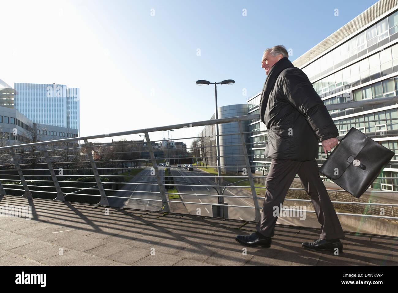 Senior businessman with briefcase en mouvement Photo Stock