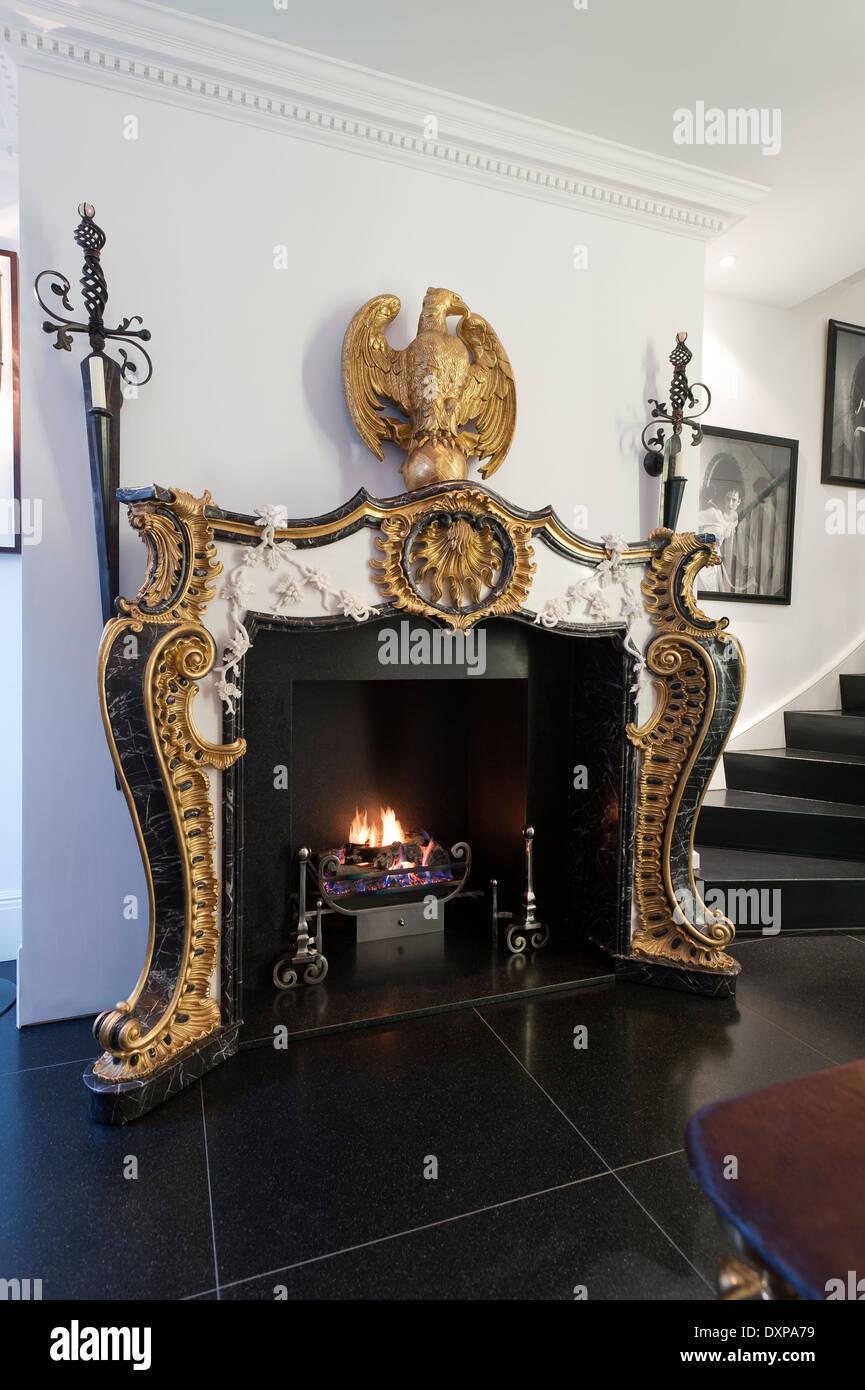 Cheminee De Style Empire Dore Par Nicholas Haslam Dans Couloir Avec