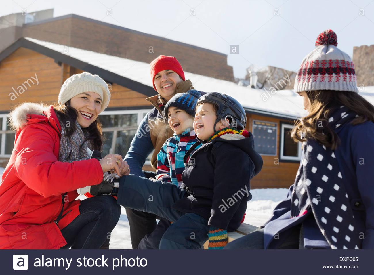 Famille obtenir prêt pour le patin à glace Photo Stock