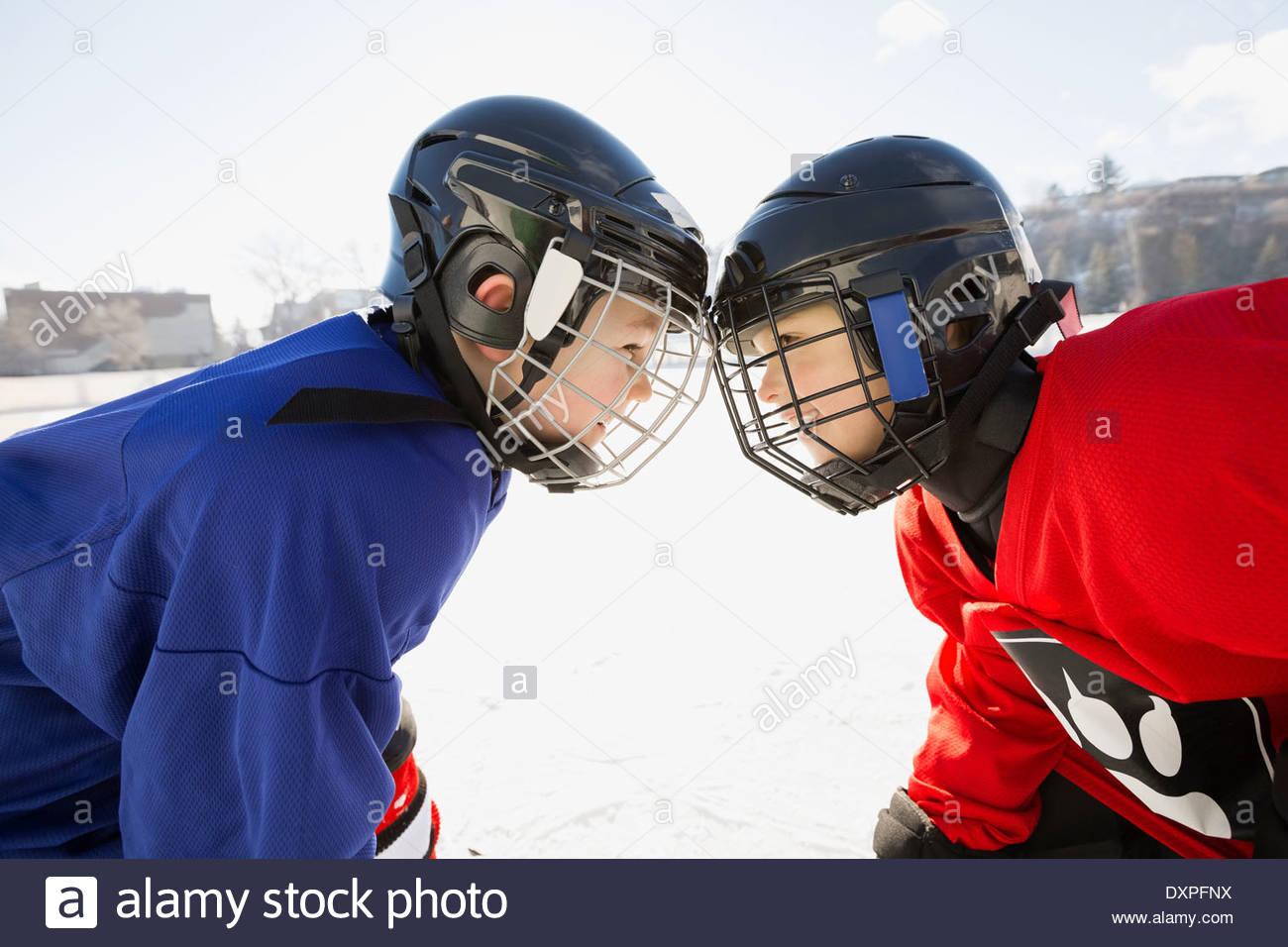 Les joueurs de hockey sur glace face off on rink Photo Stock