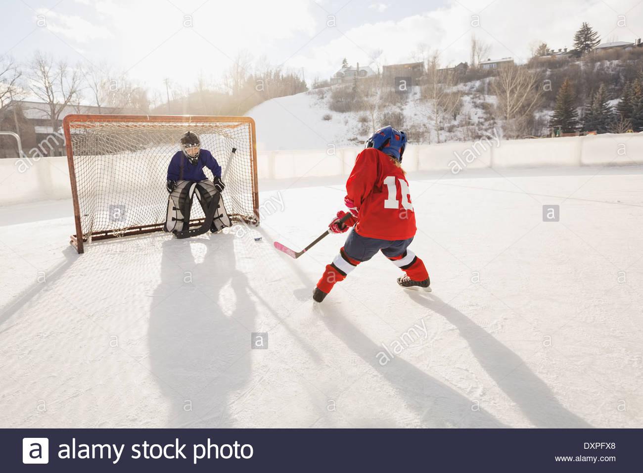 Tir), joueur de hockey sur glace au filet Photo Stock