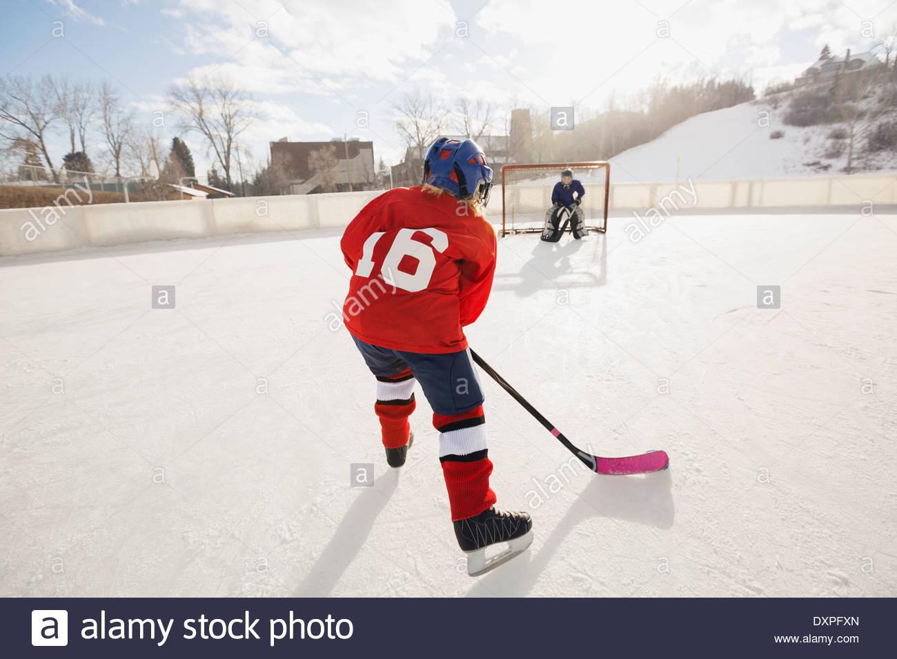 Les enfants jouer au hockey sur glace Photo Stock