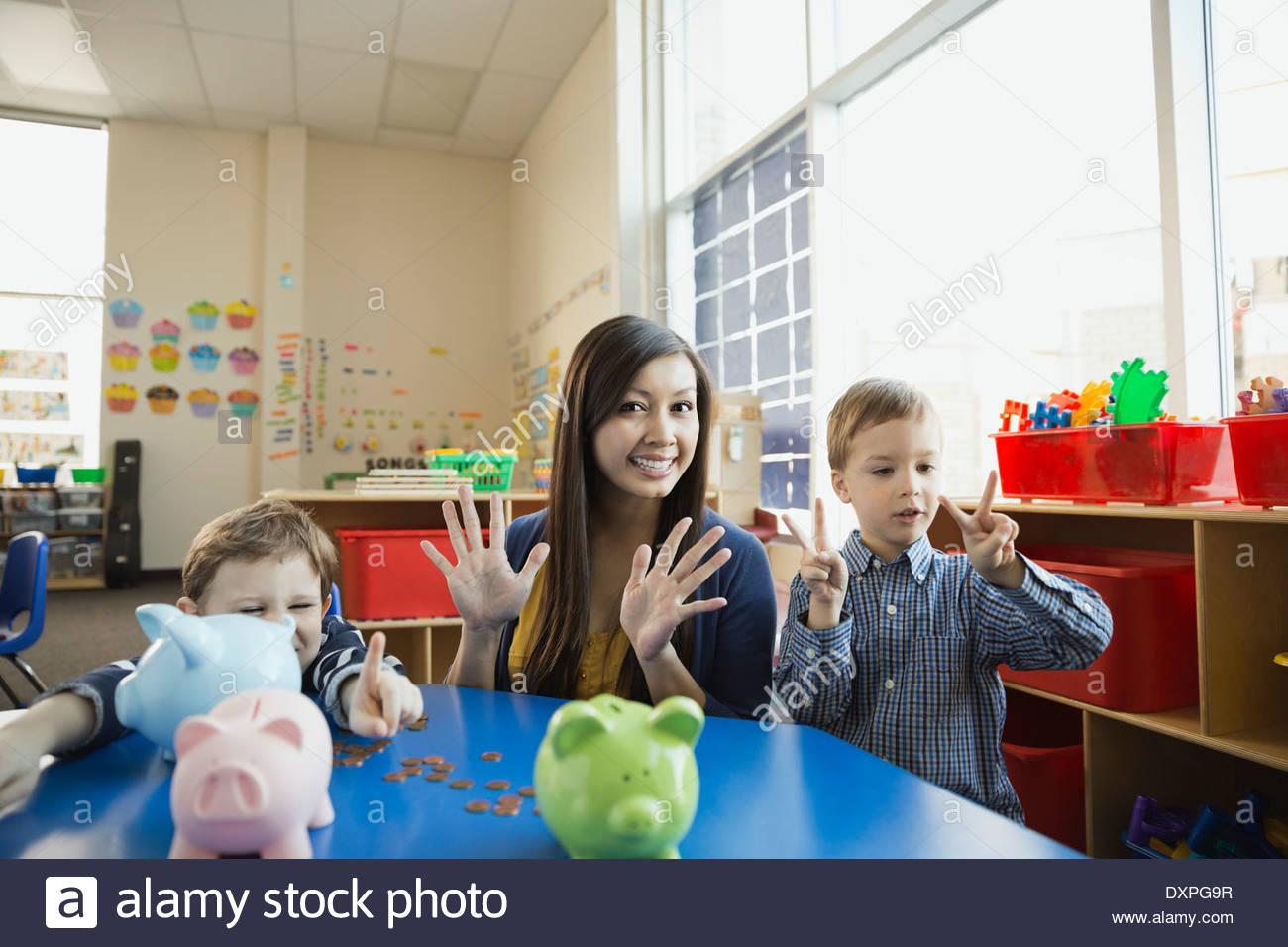 Portrait d'enseignant avec des enfants compte sur les doigts Photo Stock