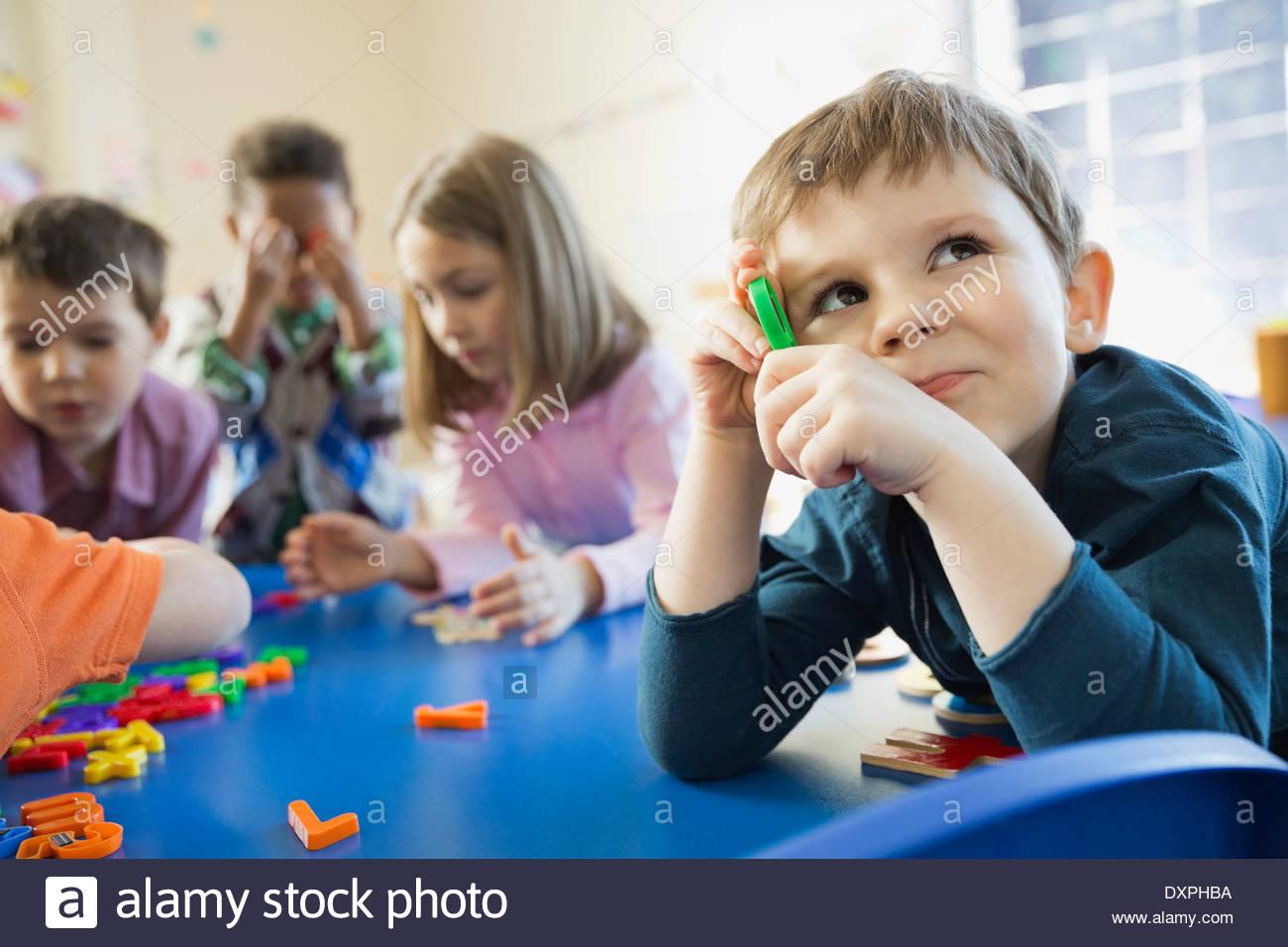 Garçon l'apprentissage de l'alphabet en classe élémentaire Photo Stock