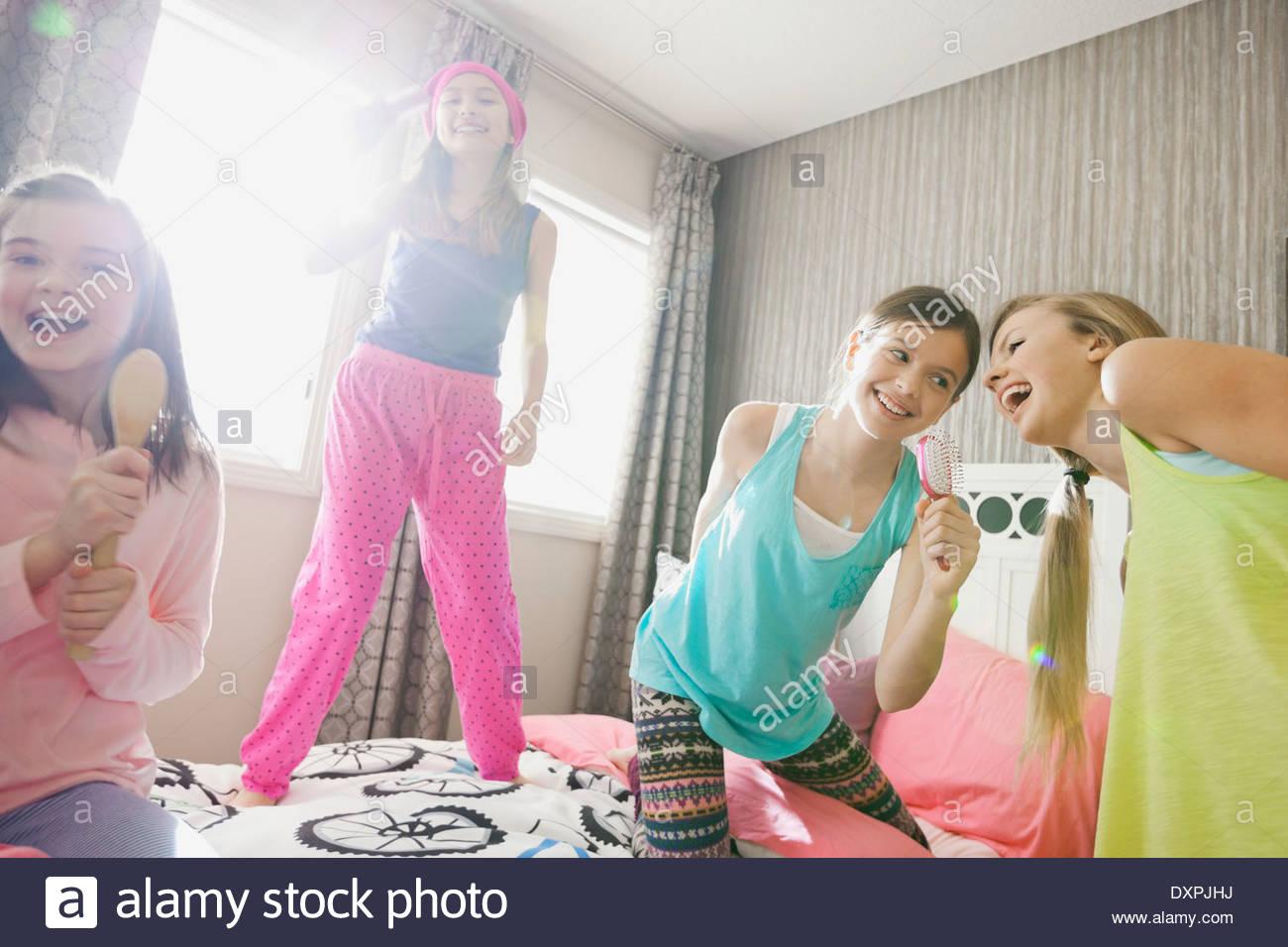 Les filles en chantant des brosses à slumber party Photo Stock